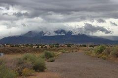 新墨西哥sandia黑aroyo水坝看的山脉亚伯科基在一多雨风暴日 免版税库存照片