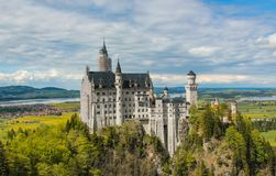 新天鹅堡城堡和周围的看法在巴伐利亚 免版税库存图片