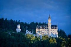 新天鹅堡城堡在夜之前,巴伐利亚 免版税库存照片