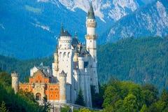 新天鹅堡城堡在早晨山的背景中 免版税库存照片