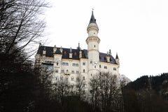 新天鹅堡城堡在早期的冬天有白色背景 库存图片