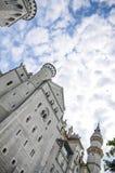新天鹅堡城堡庭院, 19世纪罗马式复兴宫殿在西南巴伐利亚,德国 图库摄影