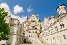 新天鹅堡城堡是罗马式复兴宫殿在菲森附近在西南巴伐利亚,德国 库存照片