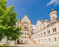 新天鹅堡城堡是罗马式复兴宫殿在菲森附近在西南巴伐利亚,德国 免版税库存照片