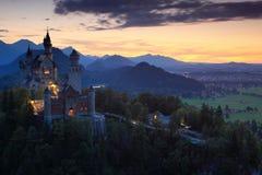 新天鹅堡城堡的美好的晚上视图,与在日落期间的秋天颜色,巴法力亚阿尔卑斯,巴伐利亚,德国 免版税库存图片