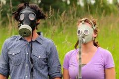 新夫妇佩带的防毒面具 免版税库存图片