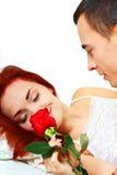 新夫妇在与玫瑰的河床上 库存照片