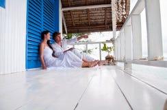 新夫妇在热带海滨别墅里 免版税库存图片