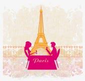夫妇调情的人和饮料香槟在巴黎 免版税库存图片