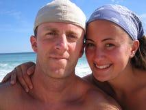 新夫妇愉快的蜜月旅行者 免版税库存照片