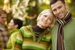 新夫妇纵向在秋天 图库摄影