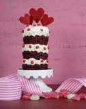 新奇三倍层数红色天鹅绒杯形蛋糕 库存照片