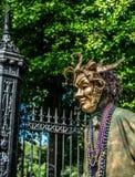 新奥尔良法国街区狂欢节面具的街道执行者 免版税库存照片