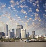 新奥尔良,路易斯安那。密西西比河和美丽的城市天空 免版税库存照片