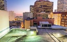新奥尔良,从屋顶的路易斯安那夜空中地平线  库存照片