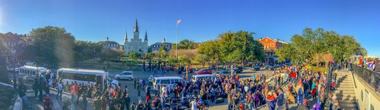 新奥尔良, LA - 2016年2月8日:游人享受城市视图在 免版税库存照片
