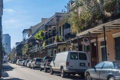 新奥尔良, LA/USA -大约2008年1月:有铁器画廊的老殖民地议院在装饰的法国街区街道上 免版税库存图片