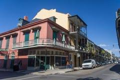 新奥尔良, LA/USA -大约2008年1月:有铁器画廊的老殖民地议院在装饰的法国街区街道上 免版税图库摄影