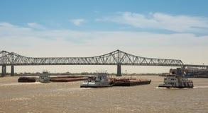 新奥尔良-在密西西比河的驳船交通 库存图片