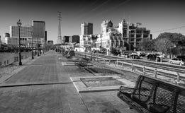 新奥尔良- 2016年2月11日:城市skylinefrom riverwalk 的treadled 免版税图库摄影