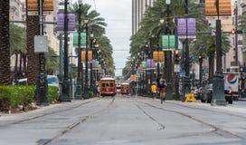 新奥尔良-路易斯安那, 2016年4月11日:新奥尔良都市风景有电车和人的 自行车、拉货车的马和驴仍然是控制的交通工具在古雅小的Mompos,人们有减速的生活 法国街区节日 图库摄影