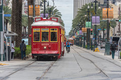 新奥尔良-路易斯安那, 2016年4月11日:新奥尔良Citiscape有电车和人的 自行车、拉货车的马和驴仍然是控制的交通工具在古雅小的Mompos,人们有减速的生活 库存图片