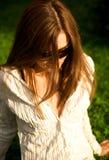 新女孩俏丽的太阳镜 免版税库存图片