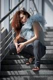 新女孩坐的台阶 免版税图库摄影