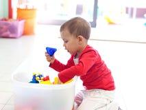 新女孩小的使用的玩具 图库摄影