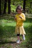 新女孩漫步的森林 免版税库存图片