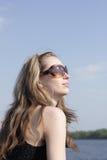 新女孩的太阳镜 库存图片
