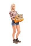新女工匠不采取行动木头的纵向 免版税图库摄影