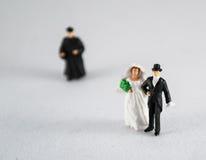 新娘、新郎和教士白色的 免版税库存图片