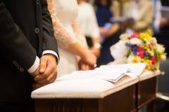 新娘、新郎和花束在一婚礼之日 库存照片