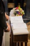 新娘、新郎和花束在一婚礼之日 免版税库存图片