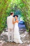 新娘与了结婚在爱的夫妇在室外 免版税库存图片