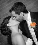 新娘亲吻 免版税图库摄影