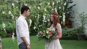 新娘仪式新郎婚礼 热带庭院晚上 可爱的新婚佳偶夫妇 影视素材