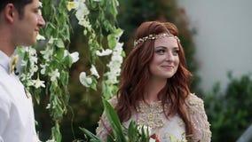 新娘仪式新郎婚礼 热带庭院晚上 可爱的新婚佳偶夫妇 股票录像