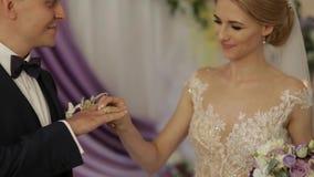新娘仪式花婚礼 新郎和新娘在他们的婚礼之日 影视素材