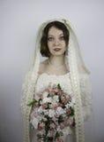 年轻新娘佩带的葡萄酒面纱身分和举行 免版税库存照片