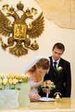 新娘做签名 库存照片