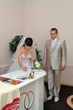 新娘做签名 免版税库存图片