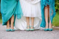 新娘和女傧相炫耀他们的鞋子 免版税库存照片