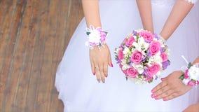 新娘和女傧相花展示花束  新娘和她的女朋友站立并行并且显示花束  免版税库存照片