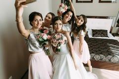 新娘和她的女傧相的婚礼selfie 免版税库存图片