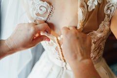新娘和她的女朋友为婚姻做准备 库存图片