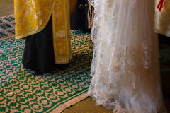 新娘和教士在教会里 免版税图库摄影
