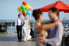 新娘和新郎与五颜六色的气球 免版税库存图片