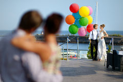 新娘和新郎与五颜六色的气球 免版税图库摄影